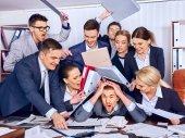 商务人办公。团队的人不满他们的领袖.
