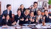 商业人办公室生活的团队的人都满意大拇指.