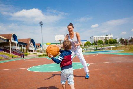 妈妈和小儿子打篮球