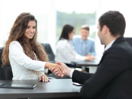 商人们握手,结束了一个会议_高清图片_邑石网