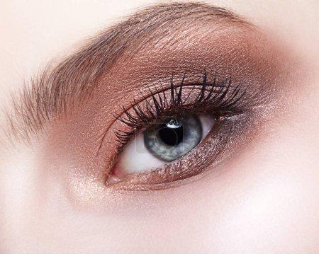 女性的眼睛区和眉毛一天化妆_高清图片_邑石网