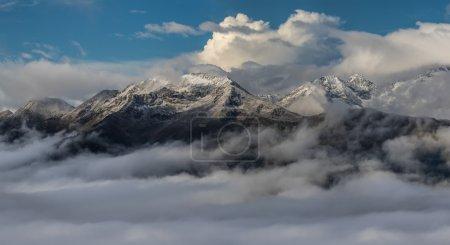 雪云山顶。黎明。山 Mamkhurts