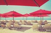 沙滩椅和遮阳伞在沙滩上。应用了颜色滤镜