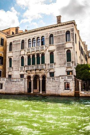 威尼斯,意大利-2016 年 8 月 19 日︰ 著名文化古迹和多彩外墙的老中世纪建筑特写在 2016 年 8 月 19 日在威尼斯,意大利
