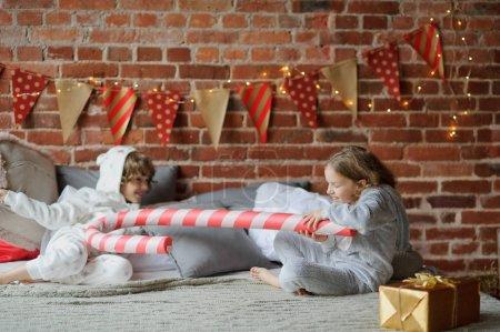 两个孩子有反抗性格开朗的大床上