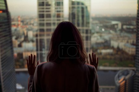 看这座城市的背影女人。看着从摩天大楼内部景观