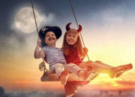 快乐的孩子们在万圣节前夕