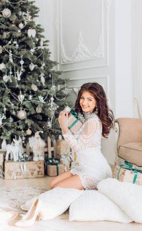 年轻女子在圣诞节内政 _高清图片_邑石网