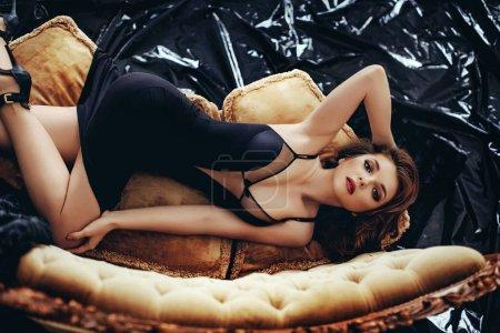性感小黑裙的年轻女子
