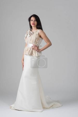 美丽的年轻女子穿婚纱的样子