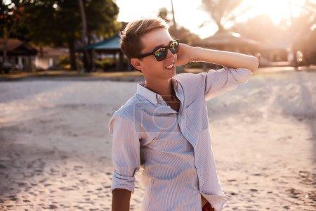 年轻人在一个热带的海滩上