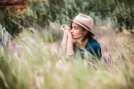 在室外的棕色帽子的年轻女子