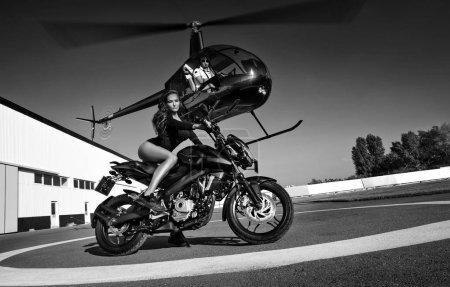 骑摩托车上降落地面的女子