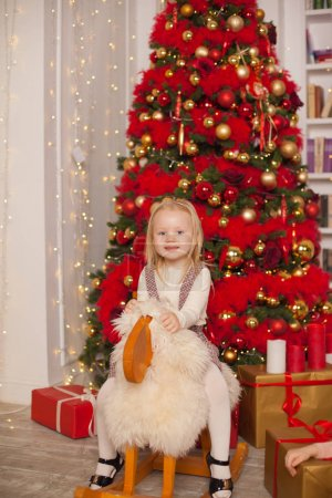 圣诞节装饰房间里可爱的小女孩_高清图片_邑石网