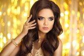 黄金的美丽时尚女人。优雅的黑发女郎,化妆,l