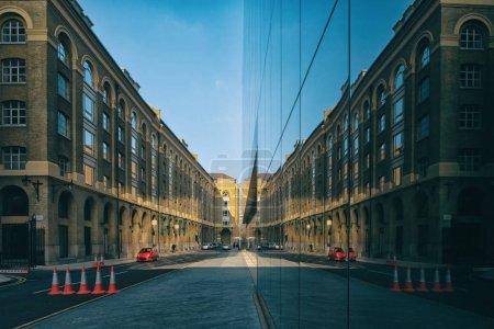 建筑用反射的伦敦街道上