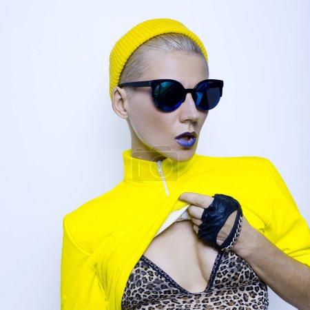 黄色的衣服和太阳镜时尚化妆秋季臀部的女孩