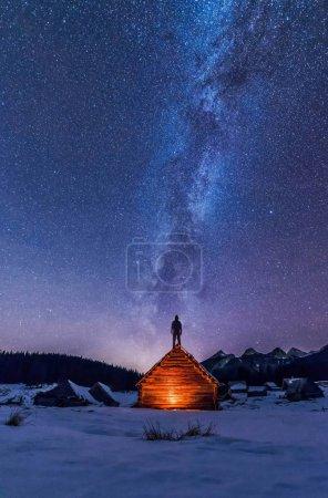 男性的徒步旅行者在晚上山 _高清图片_邑石网