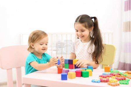 可爱的小女孩和小妹妹在家玩