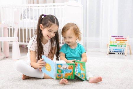 可爱的小女孩与小妹妹在家看书