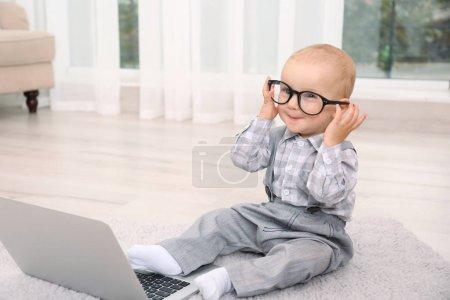 可爱的小宝贝男孩与笔记本电脑