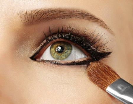 美丽的妆容,用眼线笔,特写_高清图片_邑石网