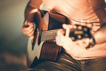 吉他手弹吉他