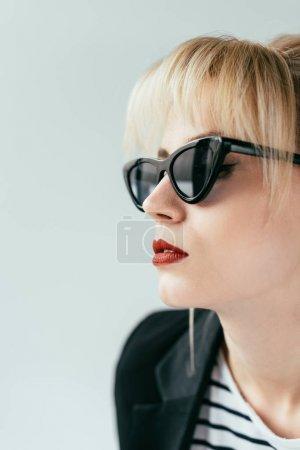 优雅的金发女孩在太阳镜与红唇孤立的灰色_高清图片_邑石网