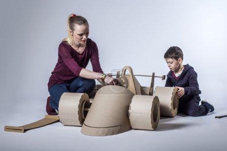 纸板赛车和幸福的家庭