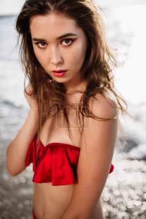性感的女孩,在她穿上泳装海砂,时尚中亚洲出现的