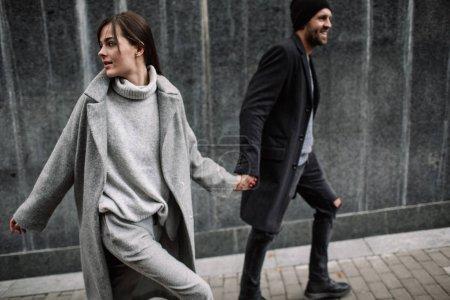 美丽的情侣在时髦的衣服, 灰色色调, 城市