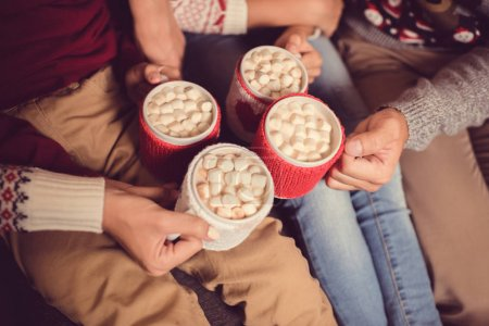 家庭与杯可可和棉花糖