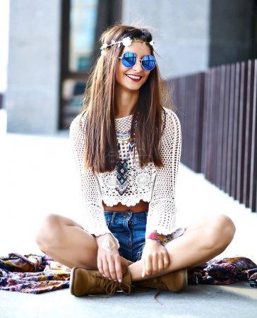 性感的微笑美丽年轻嬉皮女人模型在夏天时髦的衣服