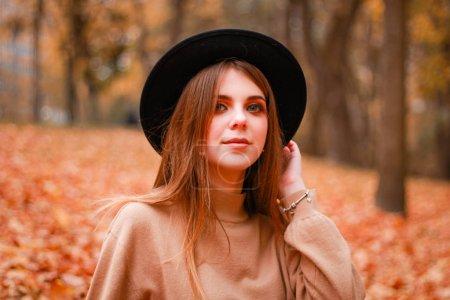 公园里的秋天姑娘 汗衫,帽子和皮裙. 时髦的_高清图片_邑石网