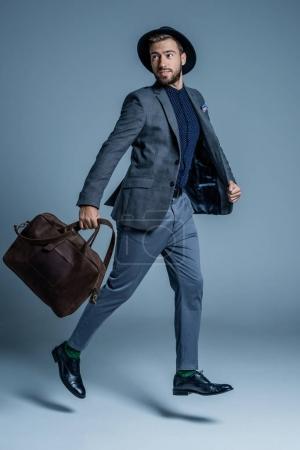 西装与皮革袋行走的男人