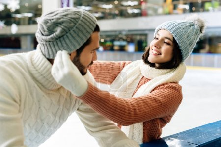 在溜冰场上戴着帽子的年轻夫妇_高清图片_邑石网