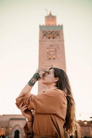 美丽的妇女在马拉喀什旅游概念