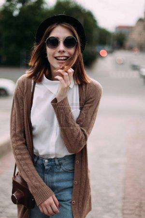 走在市街上的女人