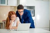 情侣一起浏览笔记本电脑。穿西服的男士衬衫