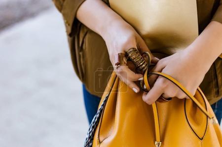 女人控股手袋