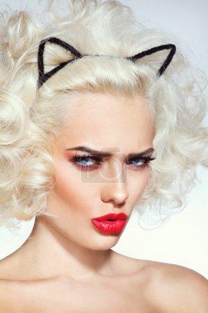 性感的金发女郎,有着猫耳朵头带