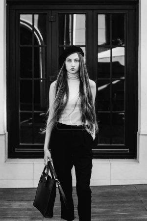 穿着时髦的女孩, 长头发站在背景上_高清图片_邑石网