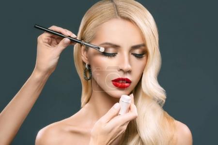运用化妆的女人