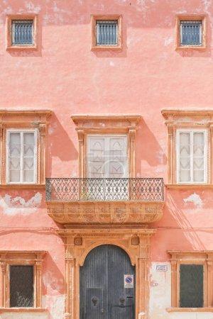 加利波利, 阿普利亚-一个粉红色的门面与谷仓门和几个 w