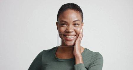 黑妇女在演播室射击短的理发