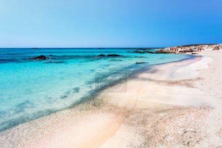 在 Elafonissi 海滩上晒日光浴的人。克里特岛。希腊