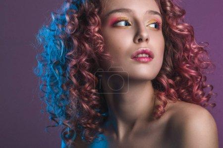 美丽的女性模特与红色卷发的肖像