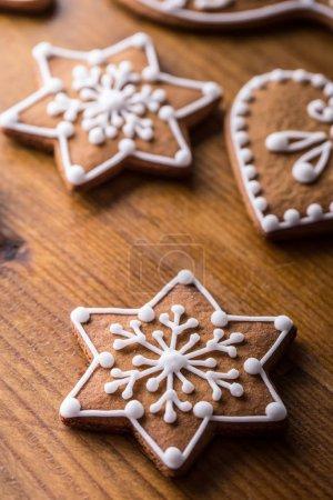 圣诞节香甜的月饼。圣诞节自制姜饼木制的桌子上