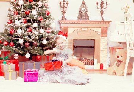 围着圣诞树的小公主._高清图片_邑石网