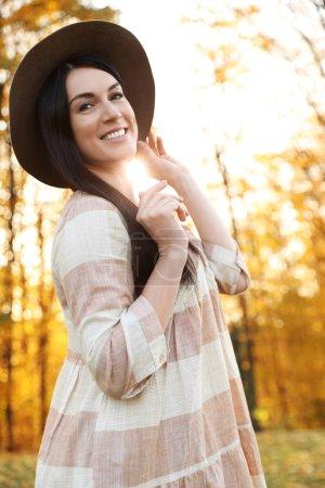在阳光灿烂的公园里戴帽子的漂亮女人. 秋日散步_高清图片_邑石网